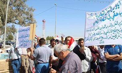 منتسبين في موانئ العراق يتظاهرون احتجاجا على عدم شمولهم بقطع اراض