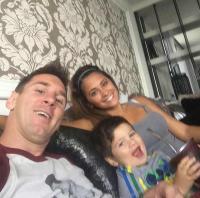"""شاهد """"صورة سيلفي"""" لميسي مع عائلته"""