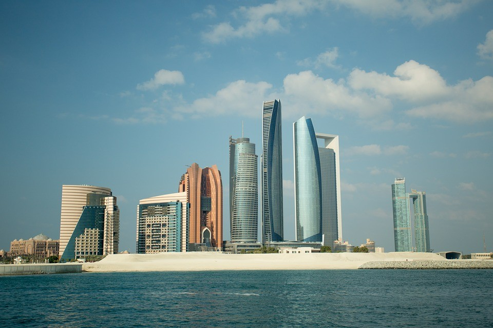 ارتفاع إنتاج النفط ونمو الاستثمارات يدعمان الاقتصاد الإماراتي
