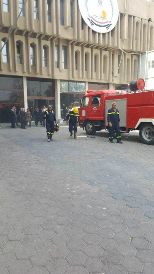 اندلاع حريق داخل بناية ديوان محافظة البصرة واخلاء موظفيه (صور)