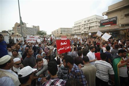 مسلحون يستمرون بمحاصرة وزارتين بعد إقرار قانون العزل السياسي بليبيا