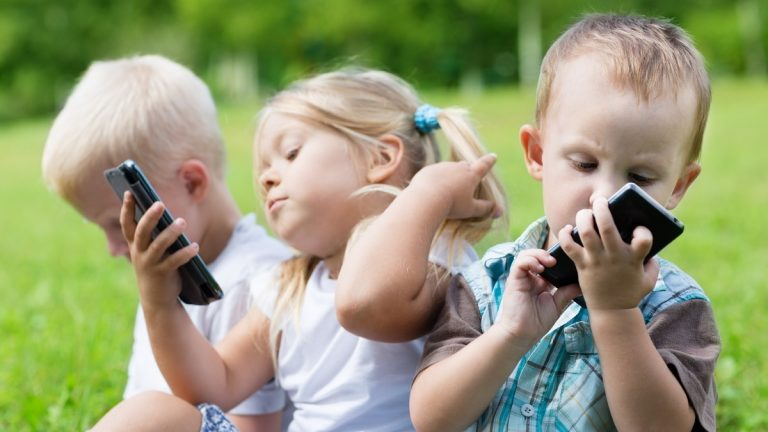 دراسة امريكية تكشف تأثير الهواتف الذكية على دماغ الطفل