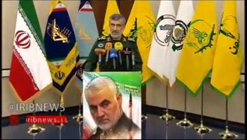 """علم """"الحشد الشعبي"""" يتوسط اعلام """"فصائل المقاومة """" بمؤتمر لقائد عسكري ايراني"""