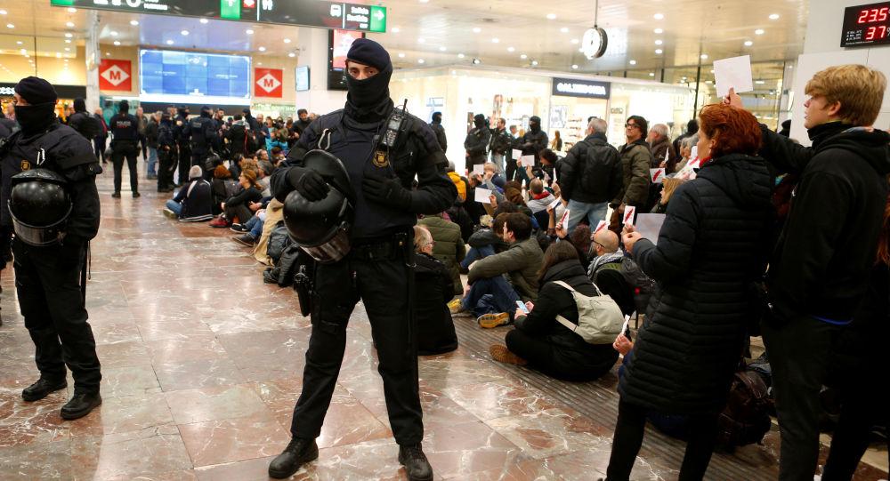 متظاهرون يحتشدون في محطة قطارات برشلونة الرئيسية