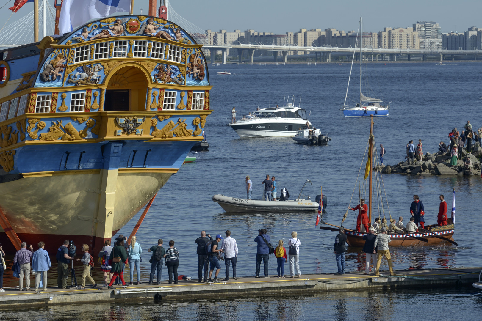 إنزال نسخة من سفينة بطرس الأكبر إلى الماء