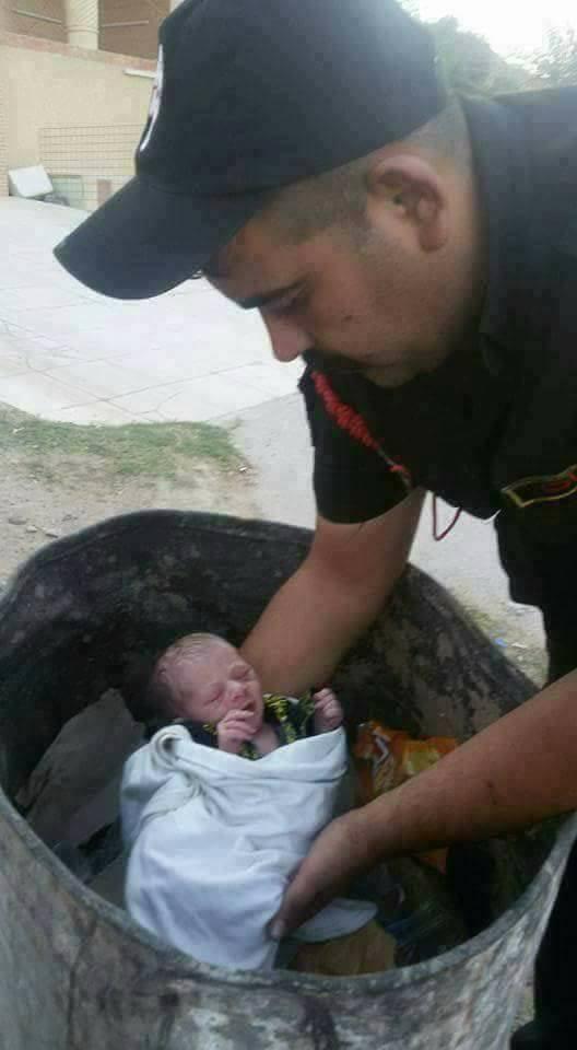 (بالصور) العثور على طفل رضيع من قبل مفارز فوج التدخل السريع في حاوية نفايات ؟؟