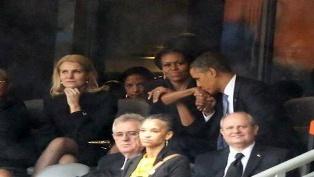 أوباما يسترضي زوجته بقبلة بعد ملاطفته لرئيسة وزراء الدنمارك في تأبين مانديلا