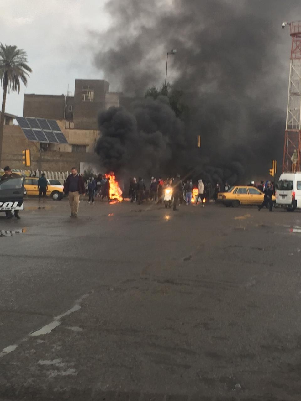 متظاهرون يقطعون طريق الكرادة باتجاه ساحة الأندلس في بغداد