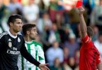 رونالدو يطرد من مباراة الريال أمام قرطبة بعد ايام من تتويجه بلقب أفضل لاعب في العالم