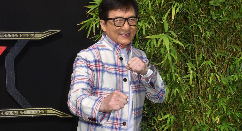 جاكي شان يعترف بخيانته لزوجته والاعتداء على ابنه