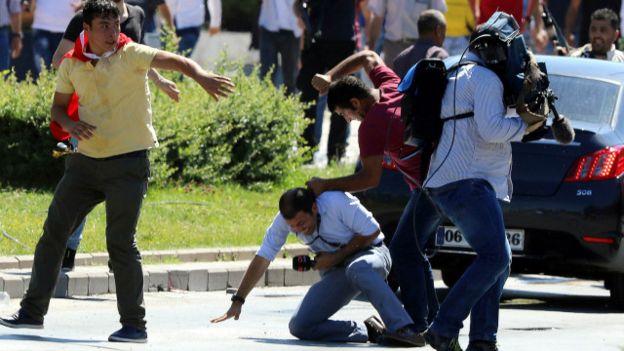 تركيا تغلق عشرات المؤسسات الاعلامية في اطار اجراءاتها عقب محاولة الانقلاب