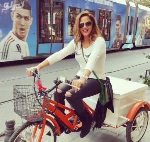 شاهد صورة لفنانة مشهورة بكامل اناقتها تقود دراجة ثلاثية العجلات !