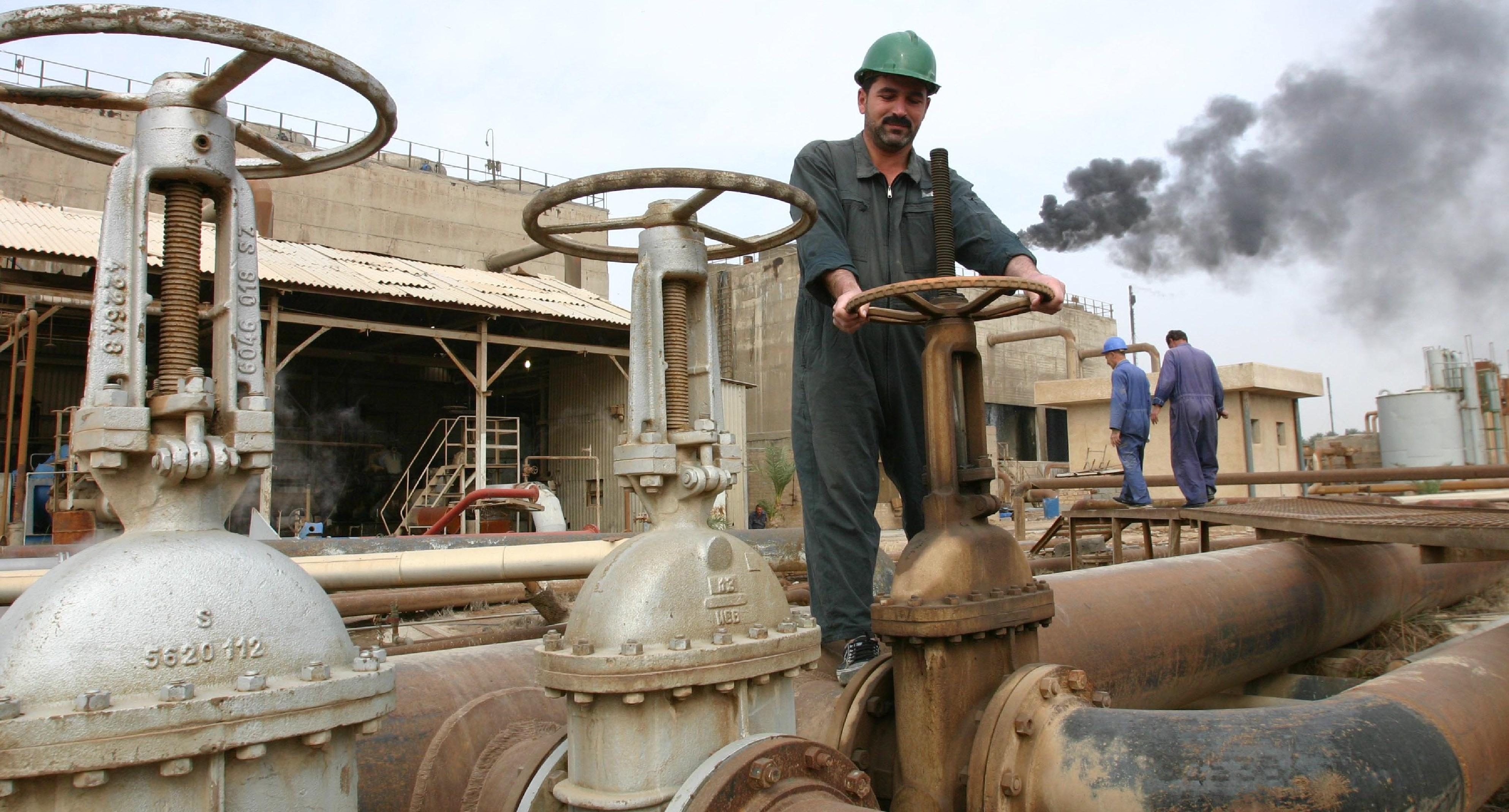 العراق يخفض سعر خام البصرة .. والنفط ينزل عن أعلى سعر في 3 سنوات