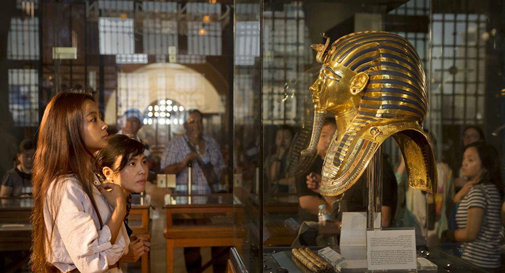 مصر تطالب بريطانيا بوقف بيع رأس تمثال منسوب للفرعون
