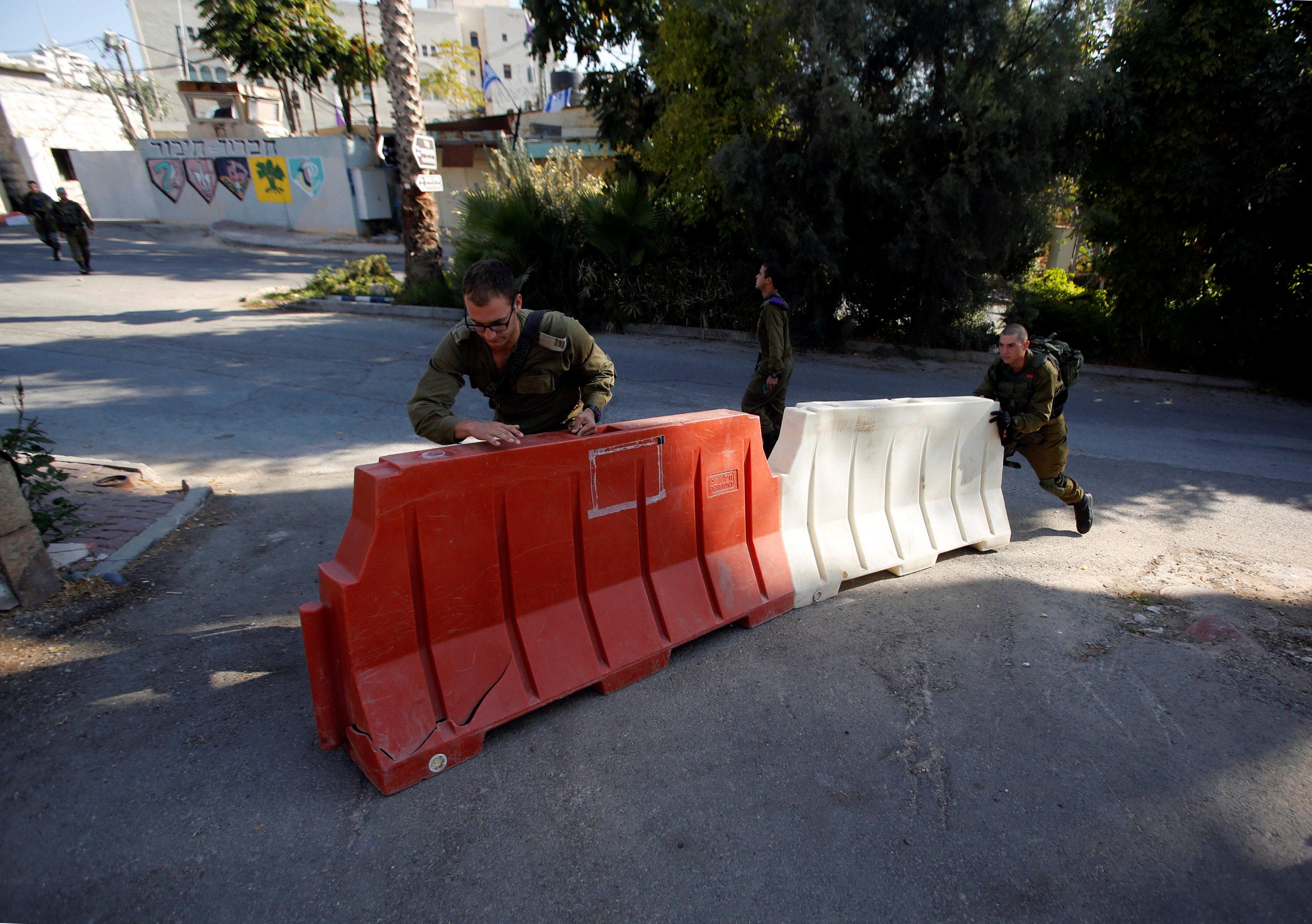 الاحتلال الإسرائيلى يحاصر مدينة الخليل الفلسطينية بالحواجز العسكرية