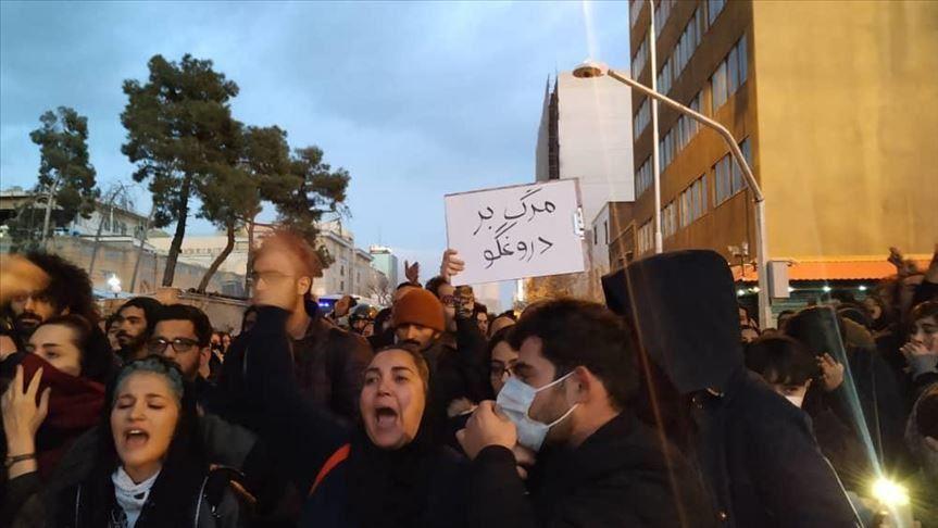 بالفيديو ..  متظاهرو إيران يرفضون المرور فوق العلمين الأميركي والإسرائيلي في طهران