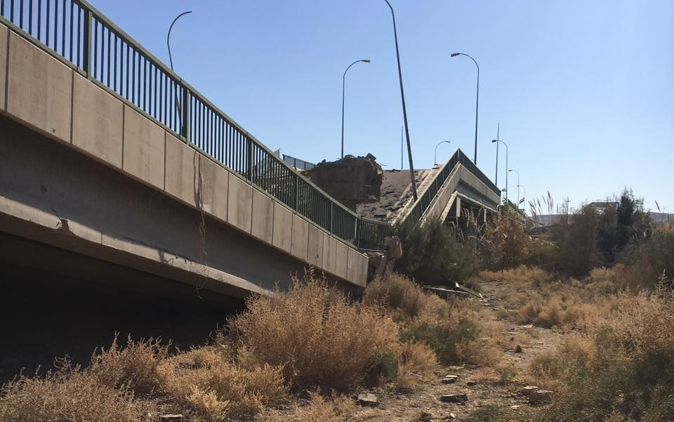 داعش يقدم على تفجير جسرين على الطريق الدولي السريع غربي الانبار