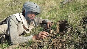 شؤون الألغام تقيم حملة توعوية ضد مخاطر الالغام والمخلفات الحربية للعوائل النازحة