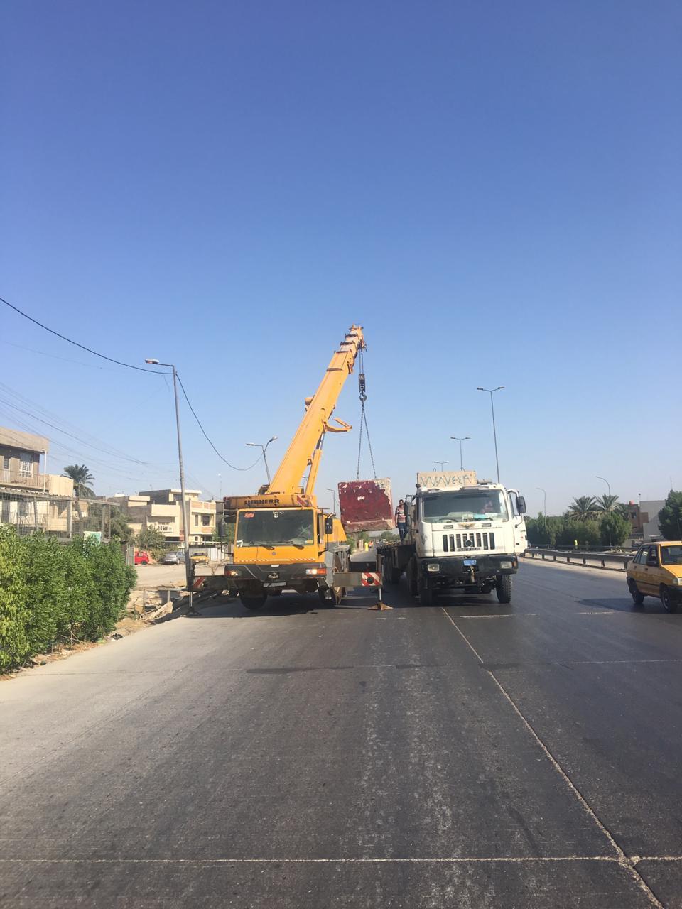 رفع الكتل الكونكريتية عن موقعين مختلفين في بغداد