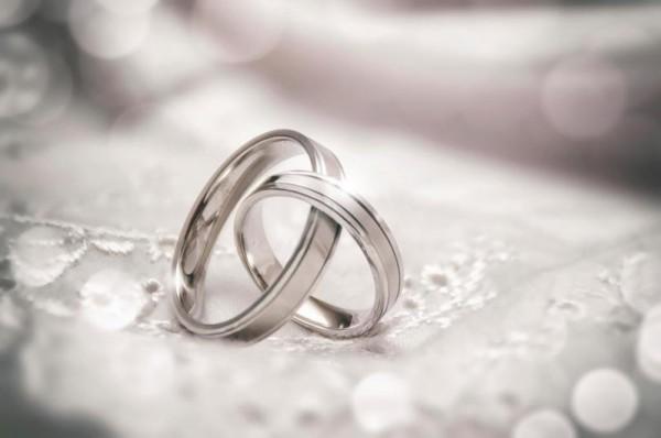 تزوج أخته في الرضاعة ولم يكتشف إلا بعد الإنجاب ما موقفه الشرعي؟