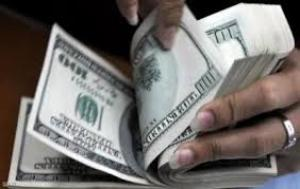 أسعار صرف الدولار تشهد ارتفاعا طفيفا في السوق المحلي