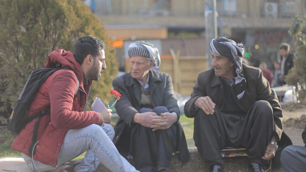 بالصور ..  تثمينا لموقفهم مع النازحين: شباب الأنبار يوزّعون الورد لأهالي السليمانية