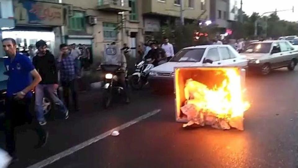 محتجون يغلقون بعض شوارع طهران احتجاجا على رفع أسعار الوقود