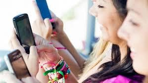 دراسة: إفراط النساء فى استخدام فيس بوك وإنستجرام يضر باحترامهن لذاتهن