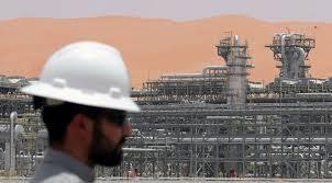 النفط يتراجع 1% بينما تدرس واشنطن إعفاءات من عقوبات إيران