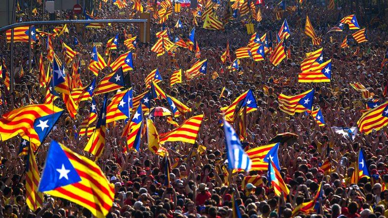 آلاف يتدفقون على برشلونة في اليوم الخامس من احتجاجات كتالونيا