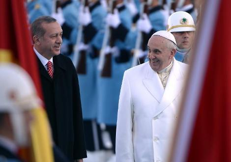 """شاهد ..  أردوغان يفتتح قصره المنيف بإستقبال الحبر الأعظم ..  البابا يخاطب الجيش التركي: """"مرحبا عسكر""""!"""