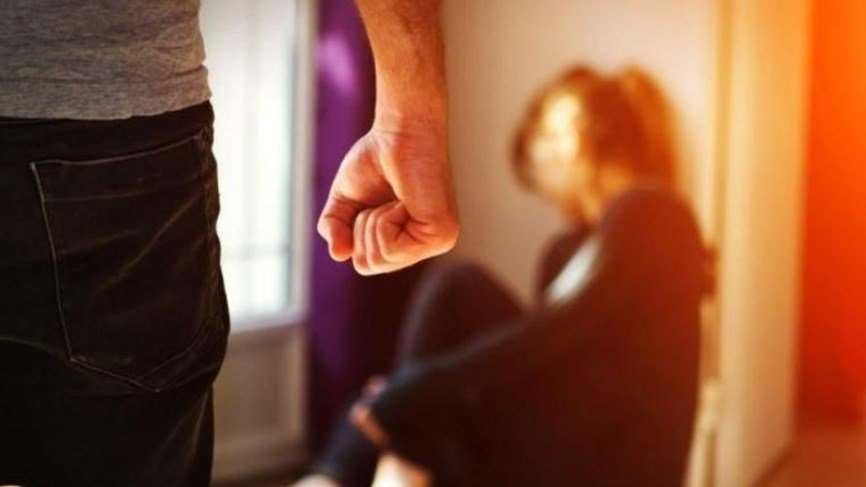 شرطي يقتحم منزل امرأة عنوة ويرفض المغادرة قبل أن توافق على الزواج منه!