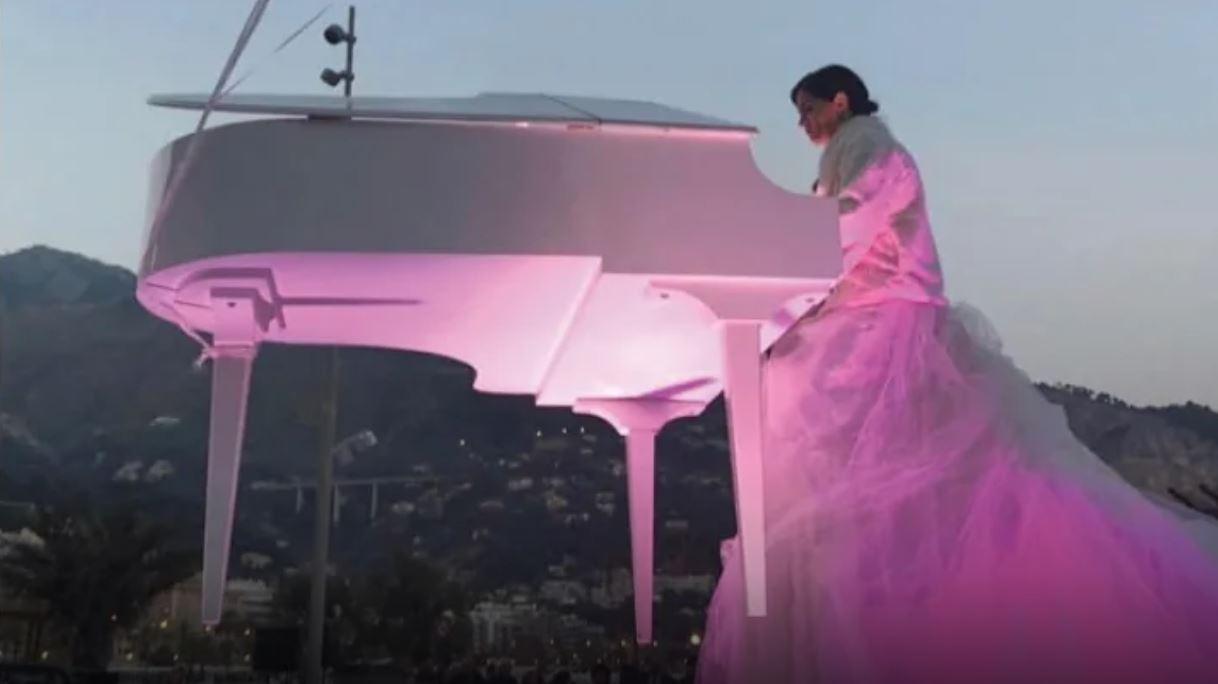 البيانو الطائر ..  5 أمتار فوق الأرض