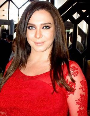 بالصور : فنانة سورية تتالق بفستان احمر قصير ويظهر جمالها اكثر !