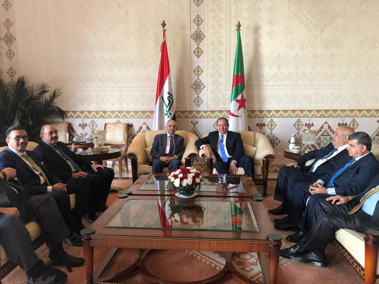 وزير الخارجية يلتقي نظيره الجزائري