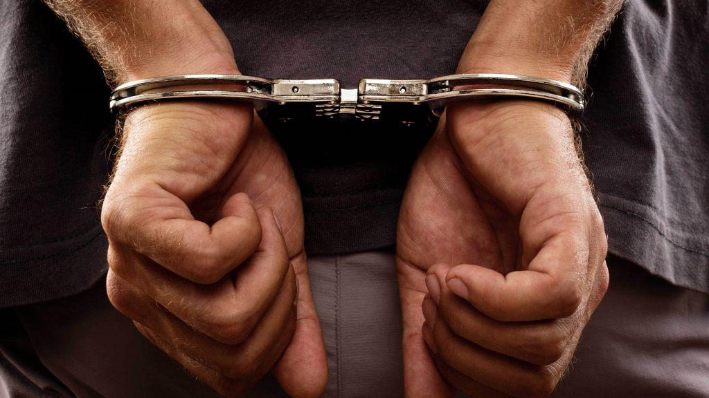 القبض على متهمين بالسرقة وتعاطي المخدرات والخطف بينهم امرأة