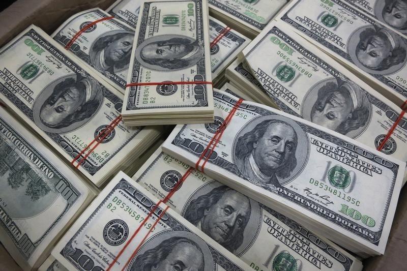 الدولار يتجه لأكبر ارتفاع أسبوعي في 4 أشهر بفعل بيع أسهم التكنولوجيا