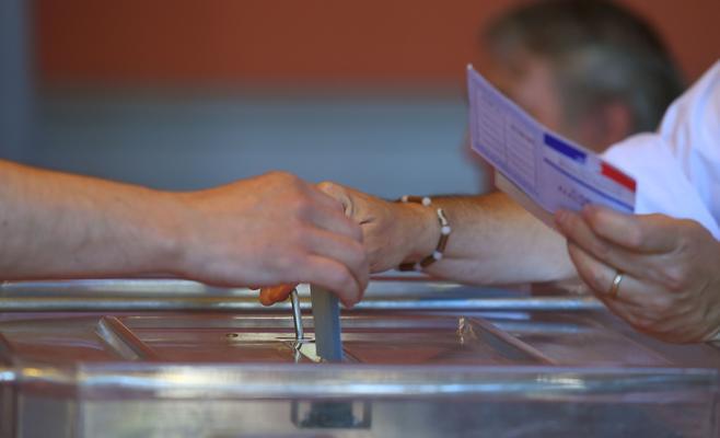 الفرنسيون يدلون بأصواتهم في مراكز الاقتراع فى الانتخابات التشريعية