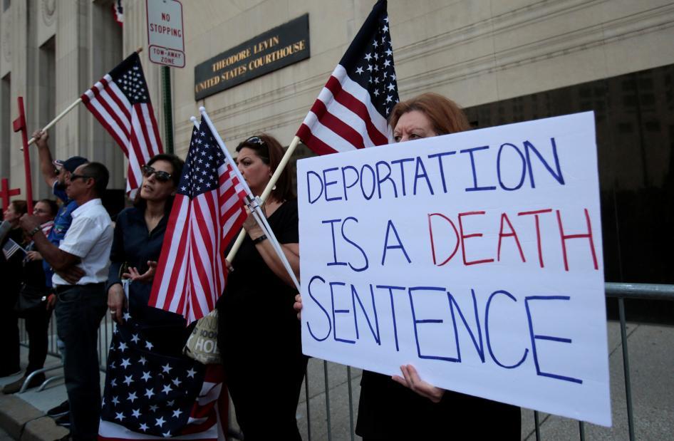 الولايات المتحدة ترحّل عراقيين بالإكراه ممن ليس لديهم وثائق وتهددهم بالسجن ما لم يرحلوا