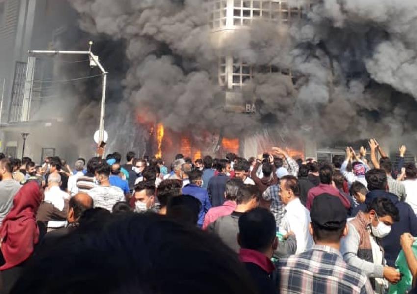 """بالفيديو ..  محتجون يضرمون النار في """"المصرف الوطني"""" جنوب غرب إيران"""
