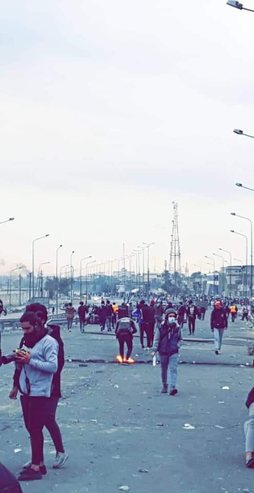 متظاهرون يغلقون الطريق بالقرب من ملعب الشعب باتجاه طريق محمد القاسم