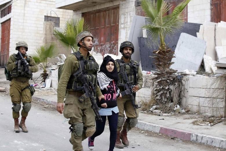 جيش الاحتلال يعتقل طفلة قرب الحرم الإبراهيمى