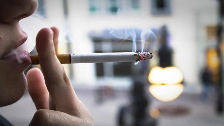 اكثر من 1000 سيجارة شهريا ..  امتياز خاص يقود بريطاني إلى مقاضاة شركته!