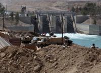 صدى المدافع في العراق يلفت الأنظار عن جفاف نهر الفرات الذي يشكل أزمة إضافية