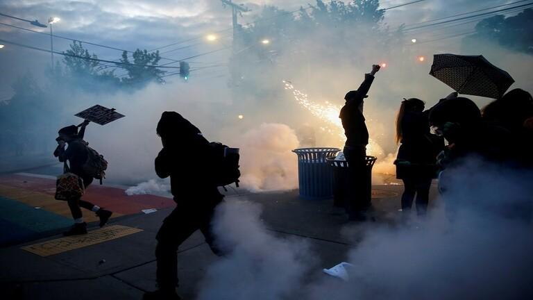 الغاز المسيل للدموع المستخدم لمكافحة الشغب يعزز انتشار فيروس كورونا