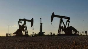 أسعار النفط تغلق منخفضة وتنهي الشهر على مكاسب