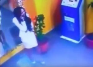 بالفيديو .. فتاة تتعرض لموقف محرج بفستانها القصير