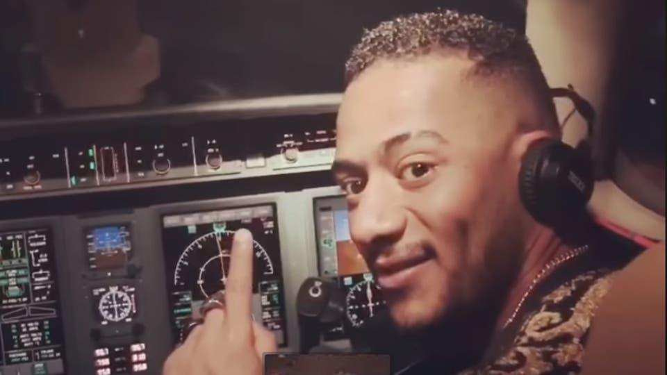 إيقاف طيار ومساعده في واقعة قيادة محمد رمضان لطائرة