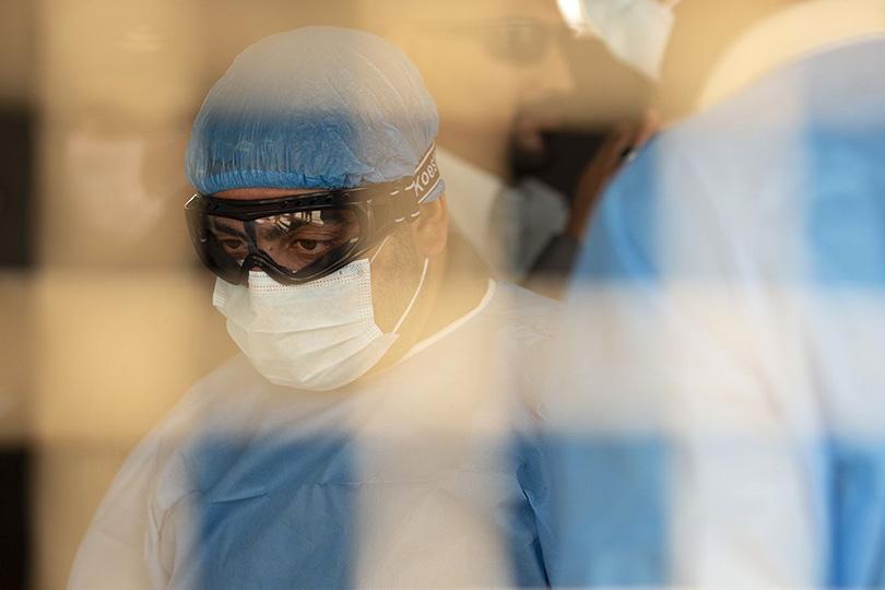 مستشفى الكندي تنعى طبيباً توفي إثر اصابته بكورونا