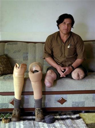 كردي عراقي متحديا للاعاقة ..27 عاما وهو يطارد حقول الألغام